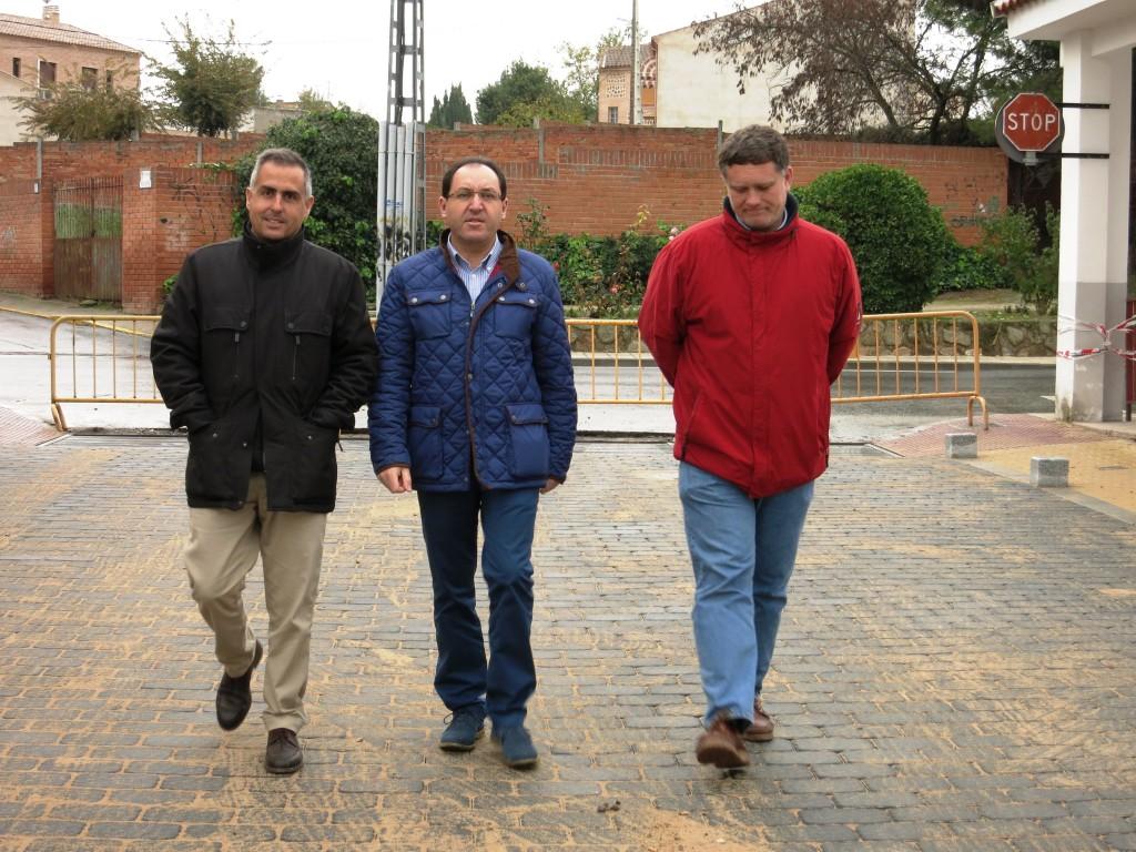 El alcalde, el concejal y el encargado de la empresa visitan las obras